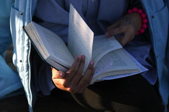 A woman reading Toni Morrison's novel Beloved. (Flickr/Gwen)