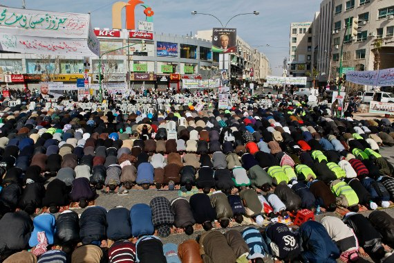 Mass public prayers during protest at Faras Circle in Amman, Jordan, on Jan. 18. (omaralkalouti.com/©Omar Alkalouti)