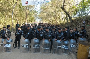 Hundreds of police in riot gear approach the Puya during the attempted eviction. (GHRC)