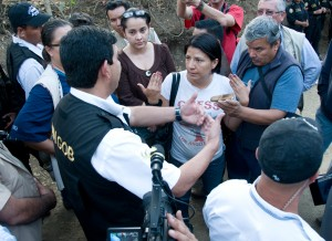 Yolanda Oquelí negotiates with the Interior Ministry to avoid a violent eviction. (GHRC / Rob Mercatante)