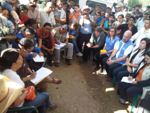 A dialogue round-table is initiated at the roadblock. (Radio Punto)