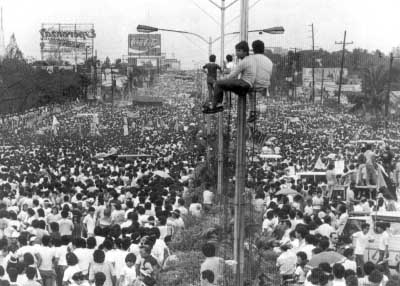 hundreds of thousands of people filling up Epifanio delos Santos Avenue (EDSA) in February 1986. (Wikimedia Commons/Joey de Vera)
