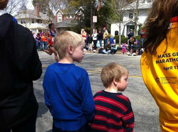 Children watching the 2013 Boston Marathon from Heartbreak Hill. (Flickr/Matt Stafford)