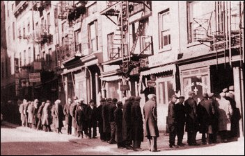 The Catholic Worker bread line on Mott Street 1938. (Flickr/Jim Forest)