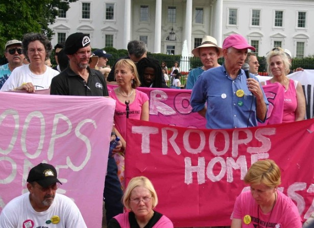 Daniel Ellsberg speaking at a hunger strike in front of the White House to bring the troops home in 2006. (Flickr/Elvert Barnes)