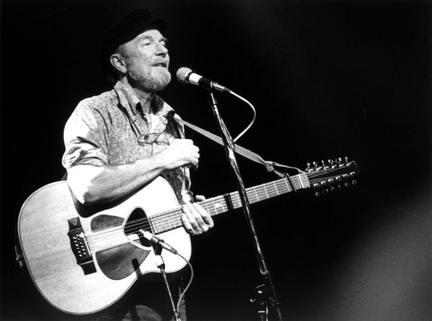 Pete Seeger performing in 1986. (Wikipedia / Josef Schwartz)