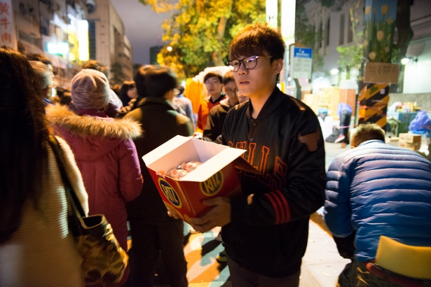 Volunteers delivered food on the street for demonstrators. (WNV/Feng Pei Yu)