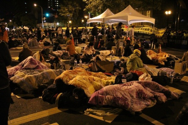 Protesters have been sleeping on the street for demonstration for days. (WNV/Ya Chen Chen)