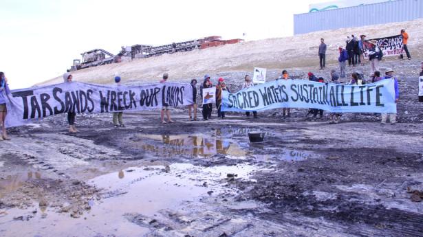 Activists blockade the Tar Sands construction in Utah (Flickr / 350)