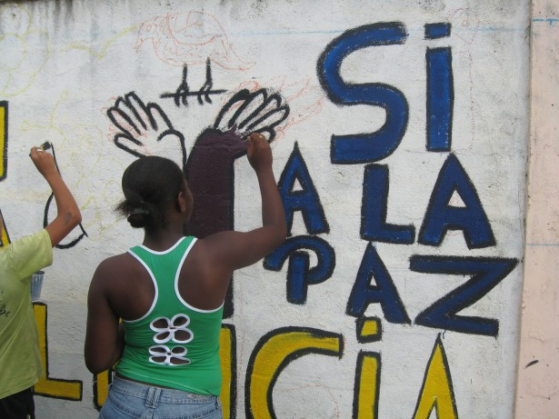 As part of peace education youth are painting walls with peace symbols. (WNV/SERPAJ Ecuador)