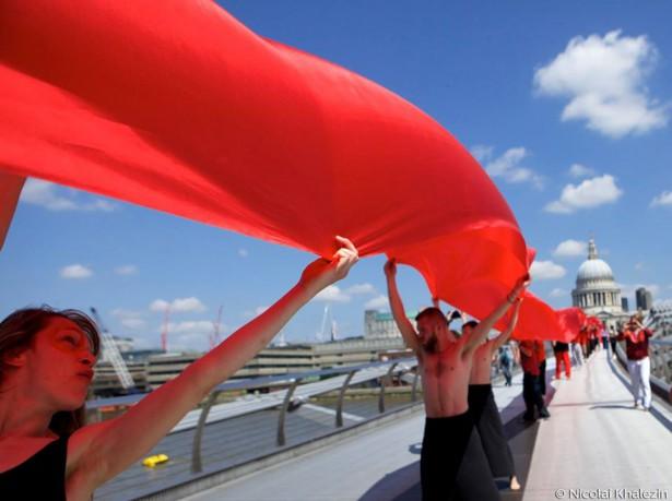 Belarus Free Theater's 'red line' against dirty energy on London's Millennium Bridge. (WNV/Nicolai Khalezin)
