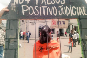 """In a sign that reads """"No legal false positives,"""" activists in Popayán show solidarity with the 16 jailed activists (WNV / Irene Arenas)"""