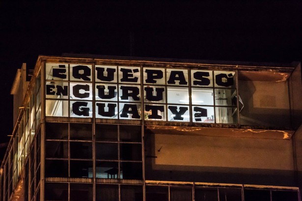 Neighbors in a building in central Asunción used their windows to make a banner about Curuguaty during the visit of Pope Francis. (WNV/Fotociclo)