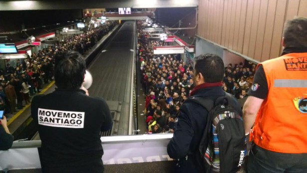 Metro workers announced their demands to rush hour crowds of passengers in Santiago and asked for their support on August 19. (Twitter)