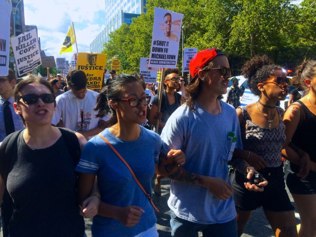 Protesters linked arms while taking the streets of Harlem on Sunday. (WNV / Ashoka Jegroo)
