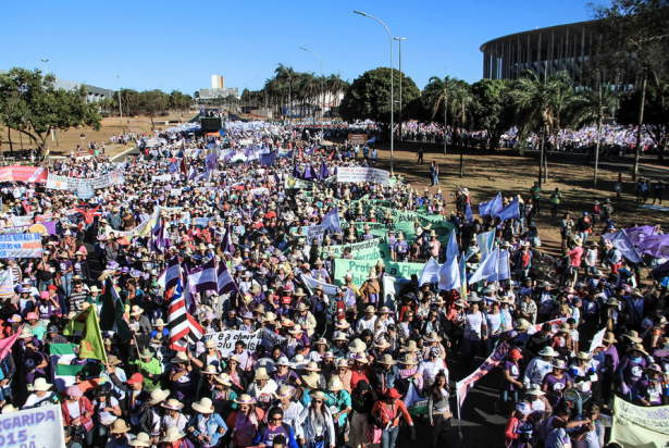 The Margaridas march approaches the Congress in Brasilia on August 13. (WNV/Mídia NINJA)