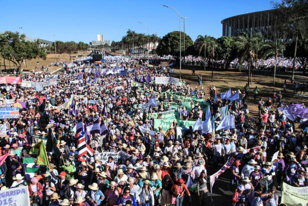 """""""La marcha de las Margaritas"""" acercándose al Congreso en Brasilia el 13 de agosto (Mídia NINJA)"""