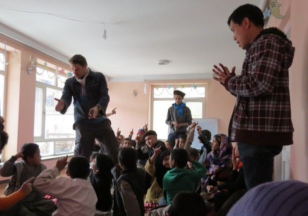 : Children at the Afghan Peace Volunteer's Borderfree Street Kid's School learn from Ellis Brooks and Dr. Hakim about resolving conflicts peacefully. (WNV/Dr. Hakim)