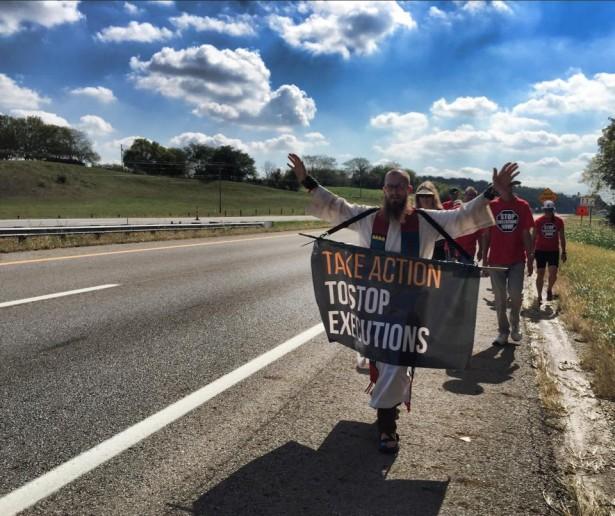 Dr. Hood leading walkers in Ohio. (WNV/Derrick Jamison)