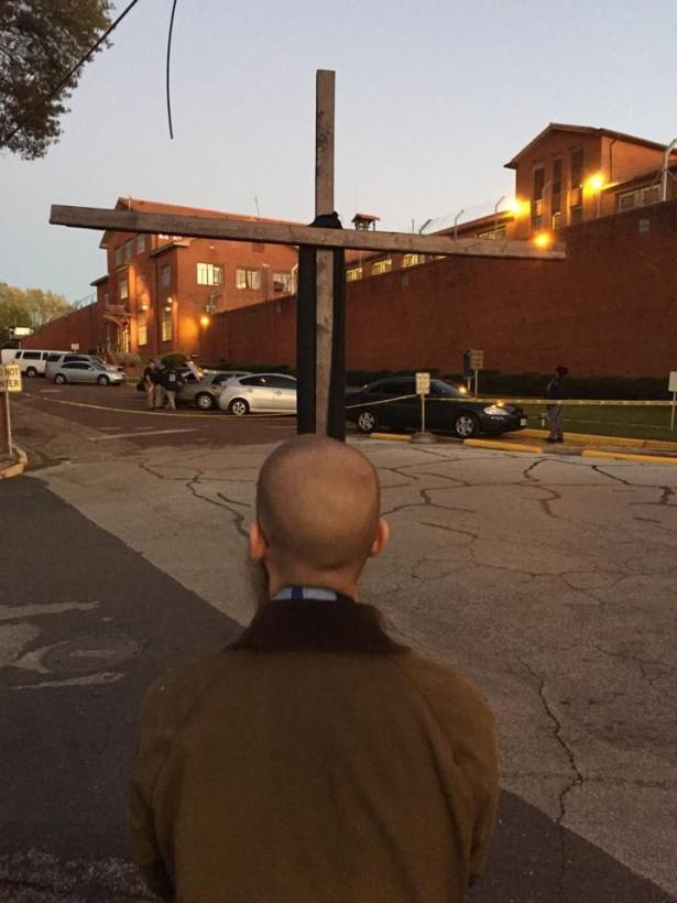 Dr. Hood standing vigil outside Huntsville Unit in Texas. (WNV/Larry Derrick)
