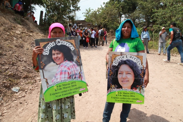 Marchers head toward to Gualcarque River to remember Berta Cáceres. (WNV/Beth Geglia)