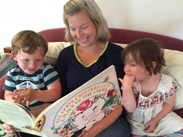 Frida Berrigan reading a book to her son Seamus and daughter Madeline. (WNV / Patrick Sheehan-Gaumer)