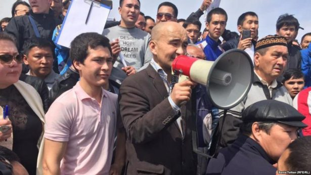 Kazakh activist Max Bokaev addressing demonstrators at protest rally in Atyrau on April 24. (RFE/RL Kazakh Service)